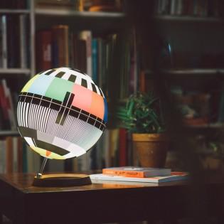 Mono Lamp – Asztali lámpa idézi meg az analóg televíziózás utolsó nagy korszakát